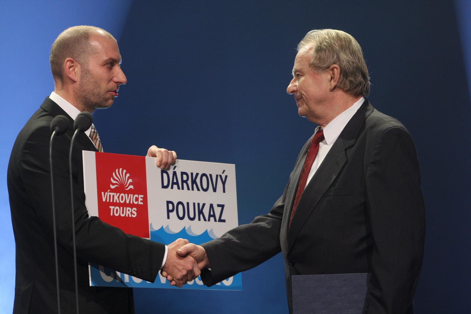 předání cestovního poukazu od CK Vítkovice Tours panu Karlovi Vaškovi - vyhlášení výsledků ankety Dobrovolní hasiči roku 2014