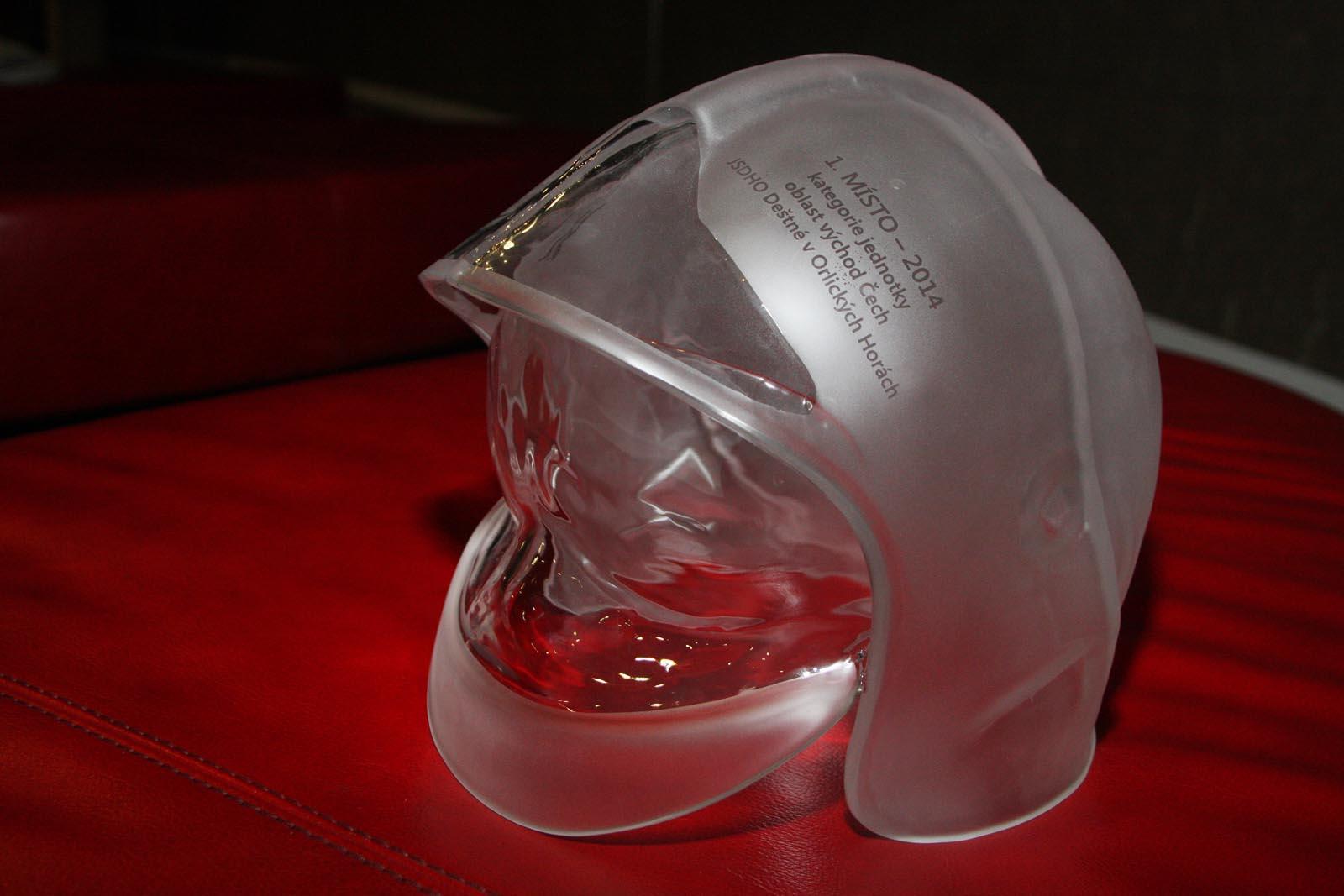 skleněná přilba za 1 místo ze skláren Nižbor - vyhlášení výsledků ankety Dobrovolní hasiči roku 2014