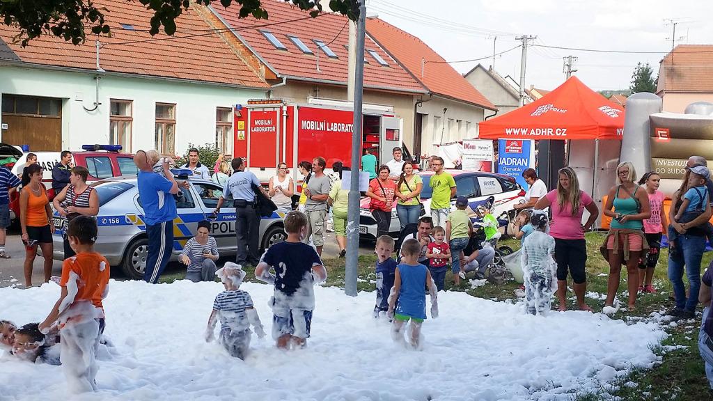 ADHR-roadshow-2015-den-s-hasici-v-Raksicich-deti-a-pena