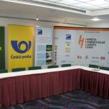 Tisková konference ADHR - pohled na bannery