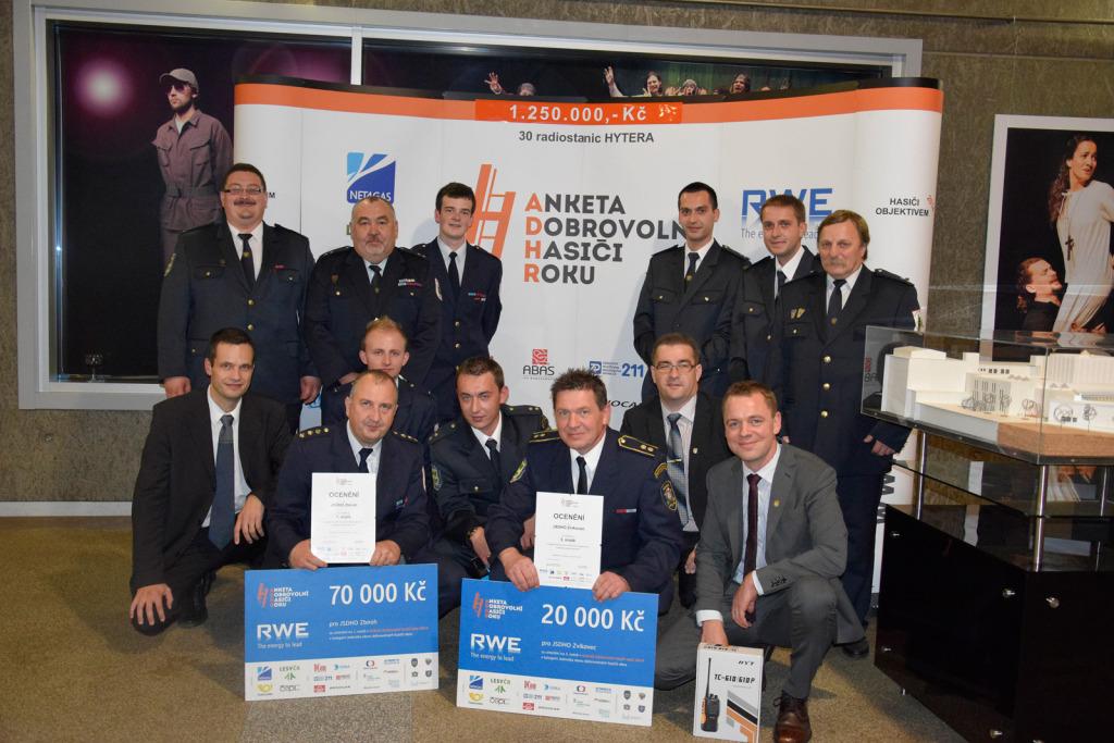 ocenění-jednotek-před-bannerem---vyhlášení-výsledků-ankety-Dobrovolní-hasiči-roku-2014